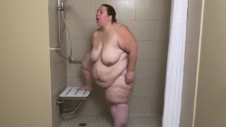 Borzalmasan kövér csaj zuhanyzik