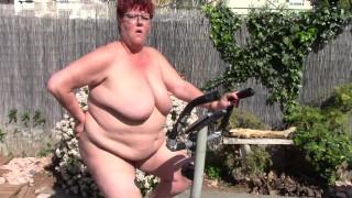Nagyon duci anyuka a kertben szoba biciklizik